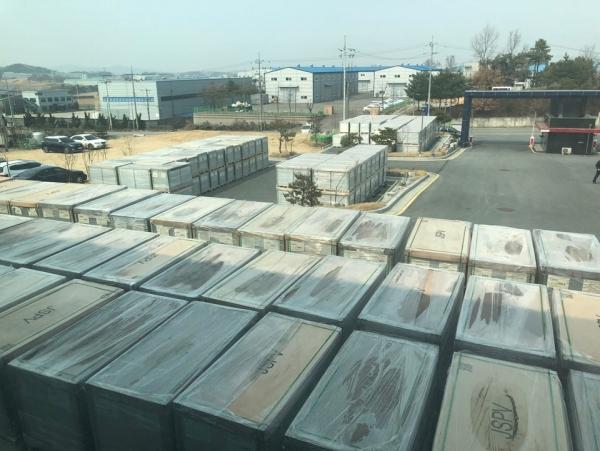 ▲충남 아산시 둔포면 JSPV 제2공장 앞에 위치한 주차장에 태양광 모듈 재고품이 쌓여 있다.    김유진 기자 eugene@