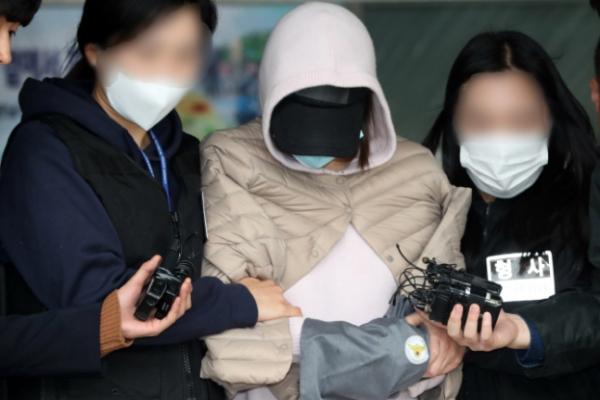 ▲남양유업 창업주 외손녀 황하나 씨(가운데)가 마약 투약 혐의로 경찰 조사를 받기 위해 소환되고 있다.( 연합뉴스)