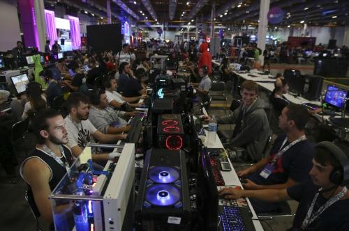 ▲2월 브라질 상파울루에서 열린 연례 '캠퍼스 파티 테크놀로지 축제'에서 게이머들이 게임에 열중하고 있다. 상파울루/AP뉴시스