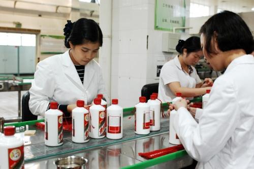 ▲중국 구이저우성 런화이시의 마오타이 공장에서 근로자들이 포장 작업을 하고 있다. 마오타이는 최근 실적 호조와 외국인 투자자들의 유입으로 주가가 고공행진을 하고 있다. 런화이/신화뉴시스
