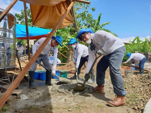 ▲현대제철 글로벌 임직원 봉사단원들이 필리핀 북사마르주 카타르만에 완공된 직업훈련센터에서 봉사활동을 펼치고 있다. 사진제공 현대제철