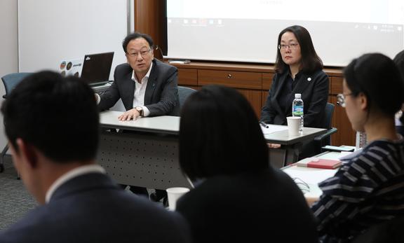 ▲이우석(왼쪽) 코오롱생명과학 대표와 김수정 코오롱생명과학연구소장이 11일 기자들의 질문에 답하고 있다.(뉴시스)