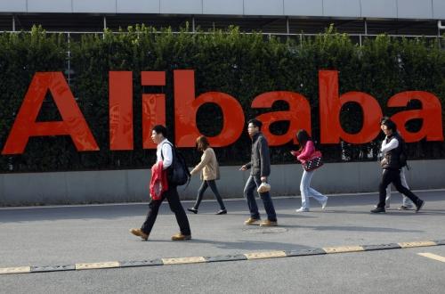 ▲중국 저장성 항저우에 있는 알리바바그룹홀딩 본사 정문 앞에 알리바바 로고가 붙어있다. 항저우/AP연합뉴스