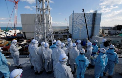 ▲일본 후쿠시마 제1원자력발전소 앞에서 2016년 2월 10일(현지시간) 도쿄전력 관계자들이 브리핑을 받고 있다. 로이터/연합뉴스