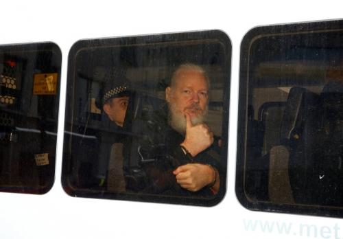 ▲줄리안 어산지 위키리크스 설립자가 11일(현지시간) 영국 런던 에콰도르 대사관 밖에서 런던 경찰에 체포된 후 경찰 승합차를 타고 있는 모습. 런던/로이터연합뉴스