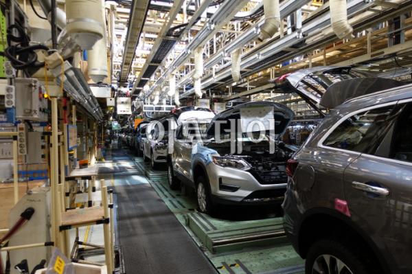 ▲부분 파업으로 작업이 멈춰있는 르노삼성 부산공장.