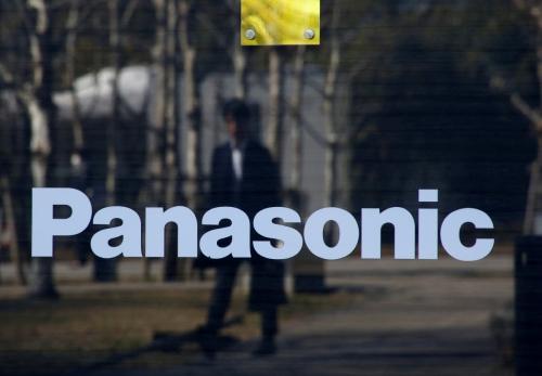 ▲일본 도쿄 파나소닉 본사 앞을 한 남성이 지나가고 있다. 도쿄/로이터연합뉴스