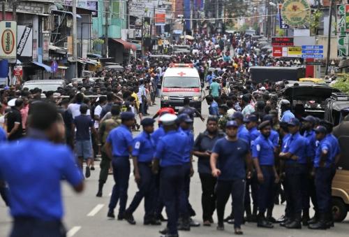 ▲스리랑카 콜롬보에 위치한 교회에서 21일(현지시간) 폭발이 발생한 가운데 구급차가 부상자를 인근 병원으로 이송하고 있다. 콜롬보/AP연합뉴스