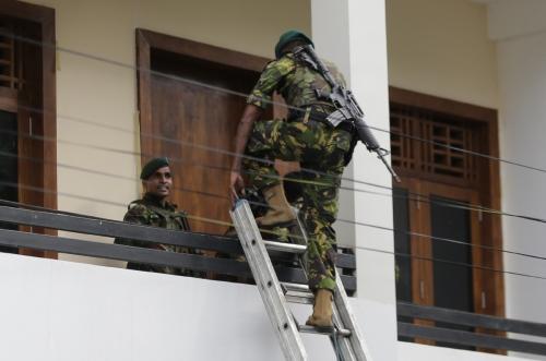 ▲스리랑카에서 부활절인 21일(현지시간) 총 8차례의 연쇄 폭탄 폭발이 일어난 가운데 경찰 특공대가 콜롬보에서 용의자의 은신처로 의심되는 한 가옥에 들어가고 있다. 콜롬보/AP연합뉴스