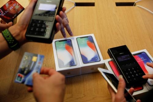▲중국 베이징의 애플스토어에서 고객들이 아이폰X를 살펴보고 있다. 베이징/로이터연합뉴스