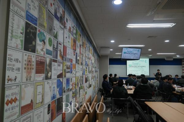 ▲지금까지 읽어왔던 책들의 표지를 한쪽 벽에 붙여놓았다. (권지현 기자 9090ji@etoday.co.kr)