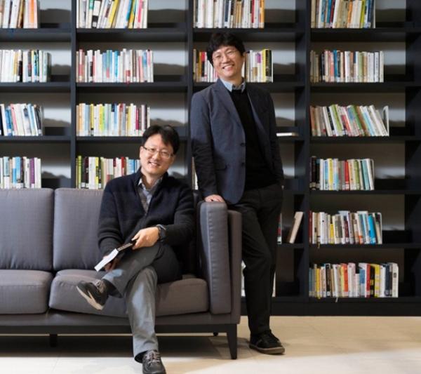 ▲5G 초고주파 대역을 발굴, 이를 국제표준화하기 위해 노력했던 삼성전자의 우정수(왼쪽), 권혁춘 씨      출처 삼성전자 뉴스룸