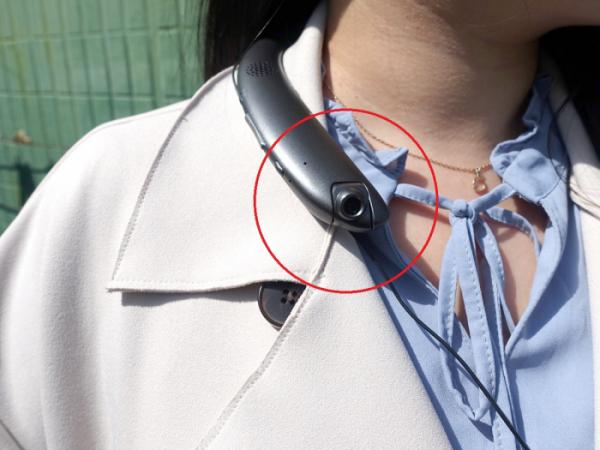 ▲엑스트라 'gni-303'의 가장 큰 특징은 블루투스 넥밴드 이어폰에 블랙박스가 달려 있다는 것이다. (이재영 기자 ljy0403@)