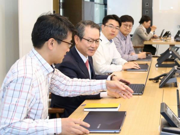 ▲성대규 신한생명 사장이 이노베이션 센터에서 직원들과 자유롭게 토론을 하고 있다.(사진제공=신한생명)