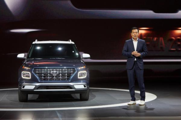 ▲뉴욕오토쇼 현장에서 엔트리 SUV 베뉴에 대해 설명하고 있는 이상엽 현대차 디자인센터장(전무)의 모습. (사진제공=현대차)