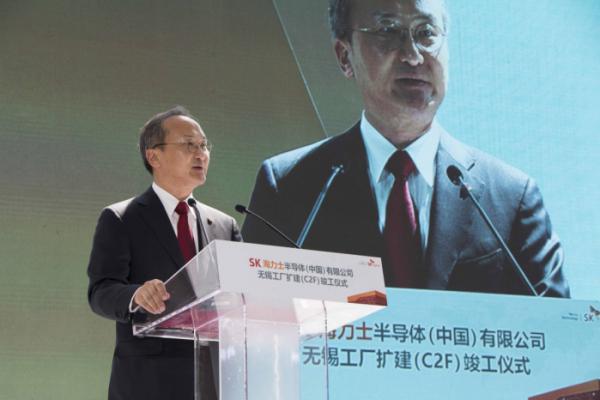 ▲이석희 SK하이닉스 CEO가 4월 18일 중국 우시에서 열린 SK하이닉스 중국 우시 확장팹(C2F) 준공식에서 환영사를 하고 있다.(사진제공 SK하이닉스)