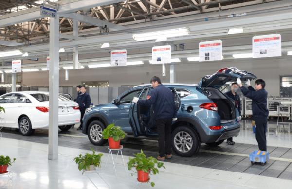 ▲중국시장 판매부진에 시달려온 현대차는 베이징 1공장 폐쇄 수순에 나섰다. 이곳 인력 일부는 2, 3공장으로 전환배치 된다. 사진은 2공장 의장라인 모습. (사진제공=산업통상자원부)