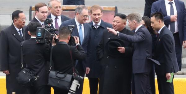▲김정은 북한 국무위원장이 북러 정상회담을 위해 러시아 블라디보스토크역에 도착했다. (연합뉴스)