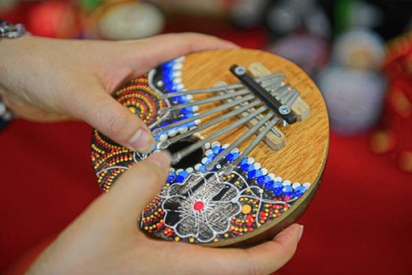 ▲핑거피아노라고도 불리는 칼림바.