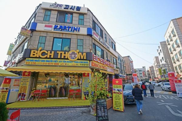 ▲베트남 식당과 상점이 모여있는 골목.