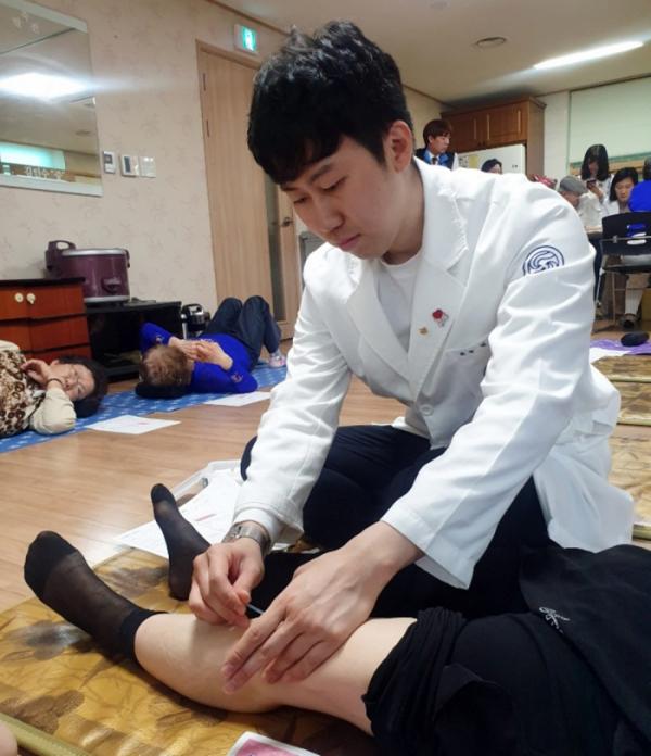 ▲강남자생한방병원 의료진이 경로당을 방문한 환자에게 침 치료하는 모습.(자생한방병원 제공)