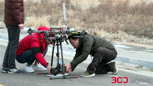▲드론으로 5G 해양관광콘텐츠를 제작하는 비씨디이엔씨 관계자들이 드론에 카메라를 탑재하고 있다.(사진제공=한국관광공사)