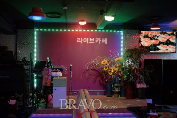 ▲'송해길 가수 김미나 라이브 카페'에 마련된 무대(권지현 기자 9090ji@etoday.co.kr)