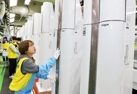 ▲경남 창원시에 있는 LG전자 에어컨 생산라인에 직원들이 에어컨을 살펴보고 있다. (사진제공=LG전자)