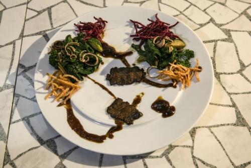 ▲이스라엘 스타트업 알레프팜스의 인공 쇠고기로 만든 스테이크 요리. AP뉴시스