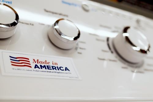 ▲제너럴일렉트릭(GE)의 세탁기에 '메이드 인 아메리카' 표시가 보이고 있다. 중국 국무원은 13일(현지시간) 600억 달러 규모 대미국 수입품에 대한 관세를 최대 25%로 인상할 방침이라고 밝혔다. AP연합뉴스