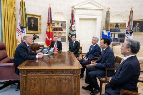 ▲도널드 트럼프(왼쪽) 미국 대통령이 13일(현지시간) 백악관에서 신동빈 롯데그룹 회장과 면담하고 있다. 출처 트럼프 트위터