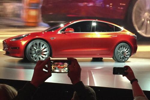 ▲미 캘리포니아주 호손의 테슬라 디자인 스튜디오에 공개된 모델 3 전기차. 호손/AP뉴시스