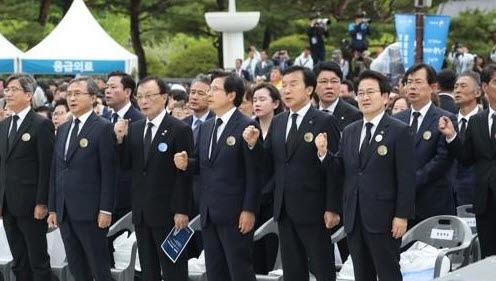 ▲자유한국당 황교안 대표(앞줄 왼쪽에서 네 번째)가 18일 오전 광주 국립5·18민주묘지에서 5·18 민주화운동 기념식 중 임을 위한 행진곡을 제창하고 있다. (연합뉴스)