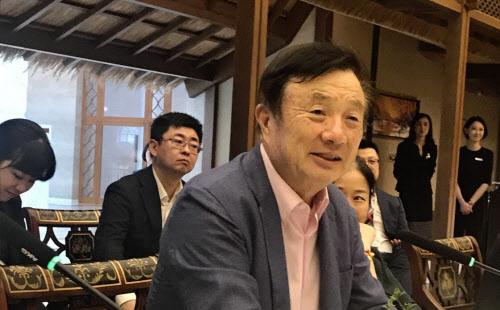 ▲중국 광둥성 선전 본사에서 일본 언론들과 인터뷰하는 런정페이 화웨이 회장. 니혼게이자이신문