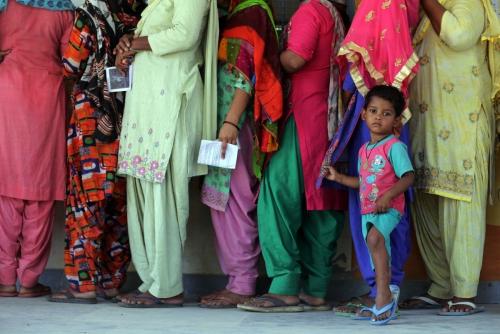 ▲인도 총선 마지막날인 5월 19일, 인도 시민들이 한 투표소장 앞에 줄을 서 있다./EPA연합뉴스