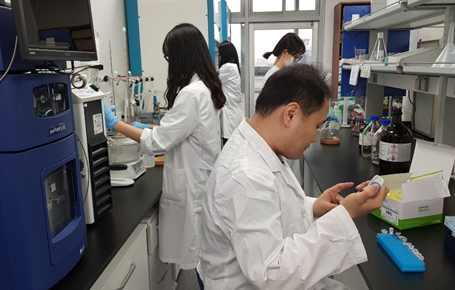 ▲모든바이오 연구원들이 후보물질 검증 실험을 진행하고 있다.(사진=회사제공)