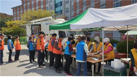 ▲IBK기업은행 자원봉사자들이 4월 강원 산불 피해 지역을 찾아 무료급식 봉사를 하고 있다.  사진제공 IBK기업은행