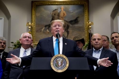 ▲도널드 트럼프(가운데) 미국 대통령이 23일(현지시간) 백악관에서 농가 지원 프로그램에 대해 설명하고 있다. 맨 왼쪽은 소니 퍼듀 미국 농무장관. 워싱턴D.C./AP연합뉴스