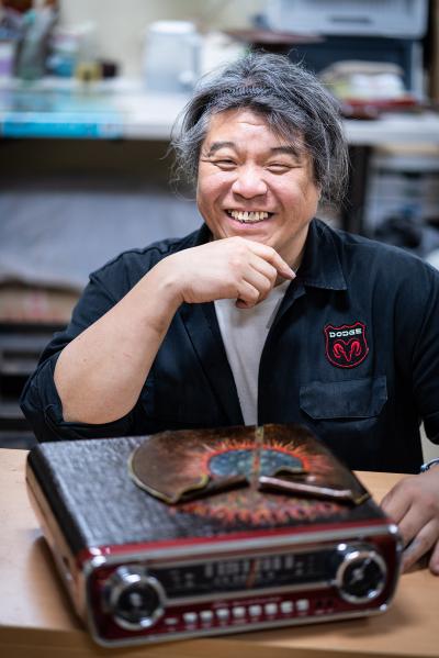 ▲자신의 작품 앞에 앉은 김유 씨. 전통 옻칠 공예 대회에 출품을 거절당했다가 대한민국미술대전에서 입선을 안긴 턴테이블에 옻칠을 더한 작품이다.(이준호 기자 jhlee@)