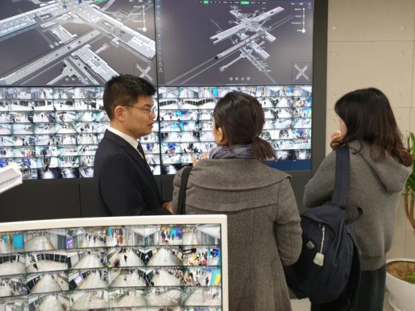 ▲LG유플러스 직원이 홍콩에서 온 세계대중교통협회 관계자들에게 '스마트 스테이션' 3D맵에 대해 설명하고 있다.
