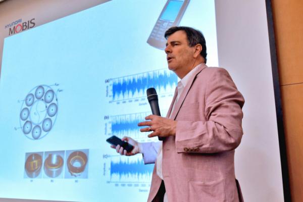 ▲현대모비스 용인 기술연구소에서 개최된 MIT 기술컨퍼런스 모습. MIT 슬로언 대학(경영대) 마이클 슈라지(Prof. Michael Schrage) 교수가 현대모비스 경영층을 대상으로 '차세대 IT'를 주제로 강연하고 있다. (사진제공=현대모비스)