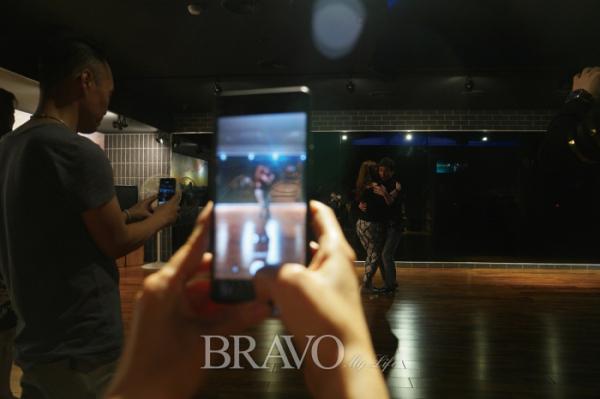 ▲강사가 추는 춤 동작을 영상으로 담고 있는 회원 (권지현 기자 9090ji@etoday.co.kr)