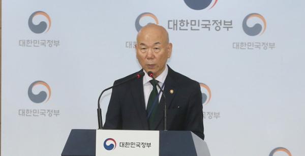 ▲이효성 방송통신위원장이 14일 서울정부청사에서 열린 브리핑에서 기자들의 질문에 답하고 있다. 사진제공 방송통신위원회