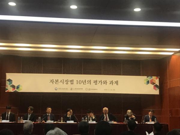 ▲정영채(오른쪽에서 세번째) NH투자증권 대표이사가 14일 오후 서울 금투센터에서 열린 자본시장연구원의 '자본시장법 10년의 평가와 과제' 세미나 패널 토론에서 발언을 하고 있다. (김나은 기자 better68@)