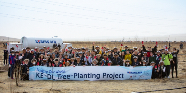 ▲몽골 식림 행사에 참여한 대한항공 및 델타항공 임직원이 기념 촬영을 하고 있다. 사진제공 대한항공