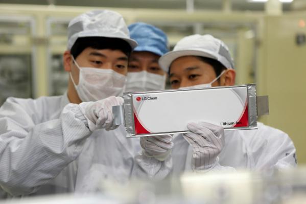 ▲LG화학 오창공장에서 임직원들이 전기차 배터리를 점검하고 있다.(사진제공=LG화학)
