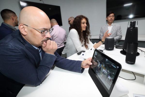 ▲러시아 MTS그룹 주요 임원진들이 KT 연구개발센터를 방문해 인공지능 AI 서비스 기가지니를 시연하고 있다. .(사진제공= KT)
