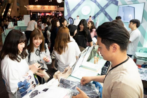 ▲KCON 2019 JAPAN 컨벤션홀에 마련된 CJ ENM 오쇼핑부문의 패션 브랜드 '씨이앤' 부스에 (사진제공=CJ오쇼핑)