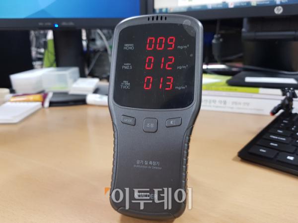 ▲테스트에 사용한 공기질 측정기. 위에서부터 PM10, PM2.5, PM1의 미세먼지가 종류별로 측정된다. 원래 이 정도가 정상적인 공기질이다. (김정웅 기자 cogito@)