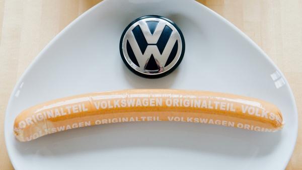 ▲독일 폭스바겐은 공장 근로자를 위해 주문해오던 소시지의 납품사를 인수했다. 독일 현지에서는 여전히 폭스바겐 소시지가 팔린다. 출처=뉴스프레스UK